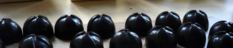 Pralines: couverture à 70 pc de cacao et ganache noire à la framboise