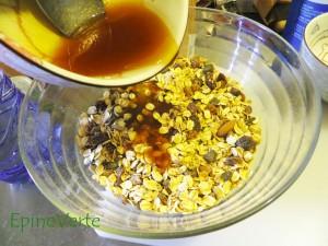 Versez le mélange sucres et huile dans le mélange sec.