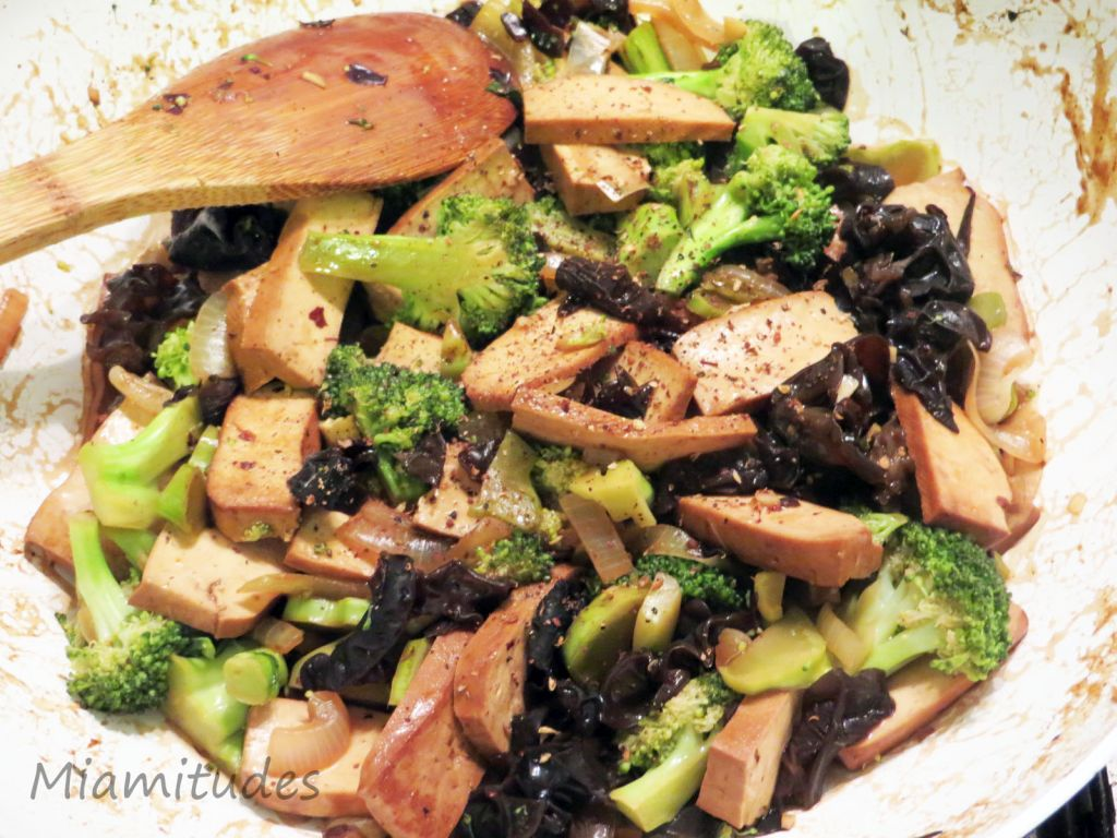 Tofu cinq épices sauté au brocoli et champignons